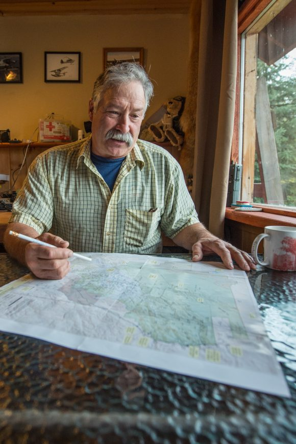Don Lee planning his flight route | © Christian Martischius