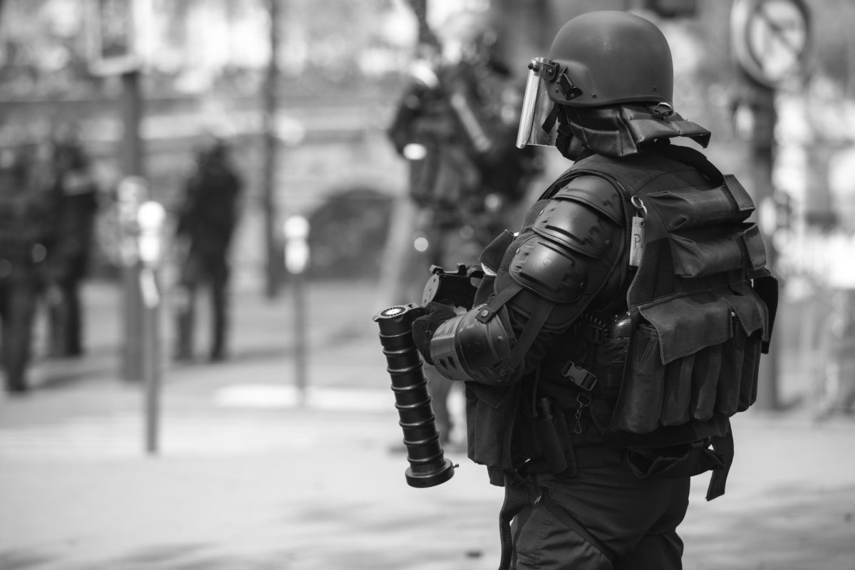 French riot police officer with tear gas grenade launcher | © Christian Martischius
