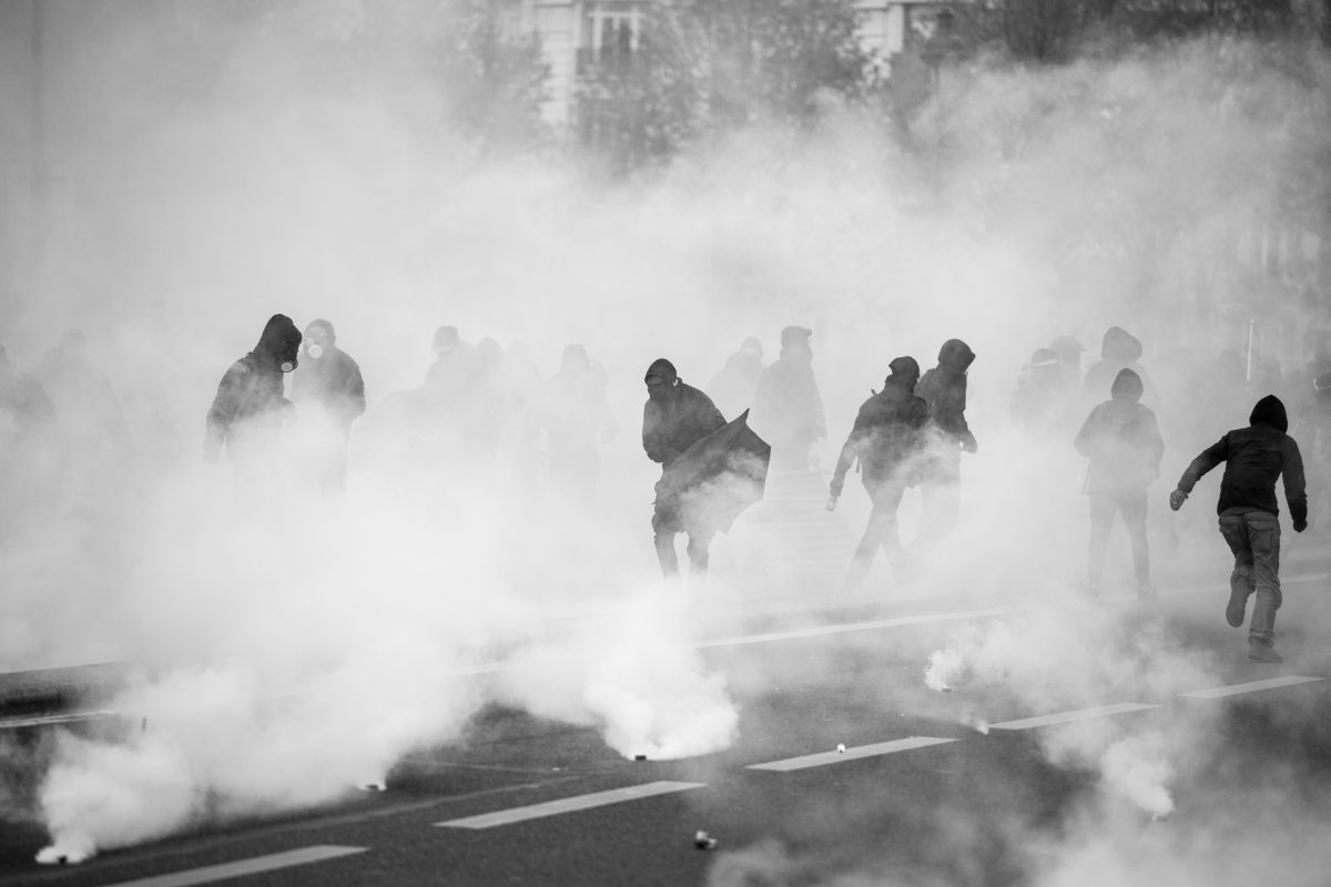 Protesters in Paris surrounded by tear gas  | © Christian Martischius