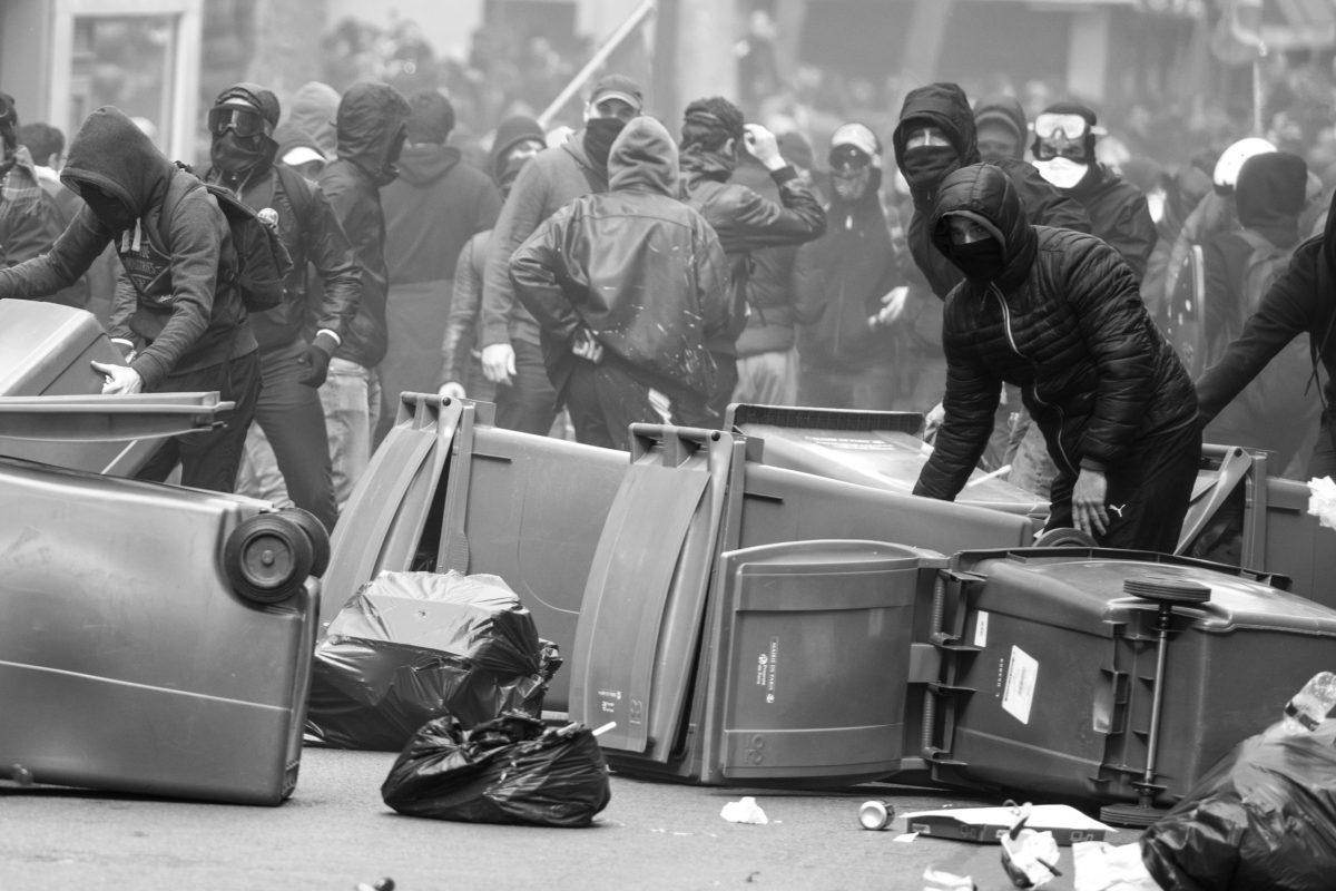 Protesters building barricades | © Christian Martischius