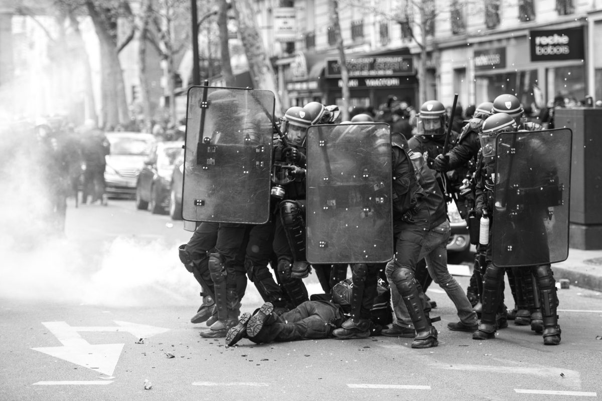 Injured plain clothes police officer surrounded by riot police | © Christian Martischius