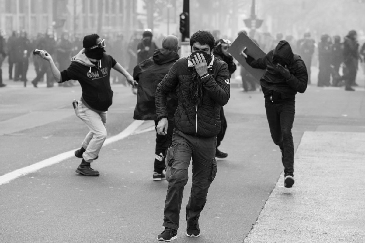 Youths battling the police | © Christian Martischius