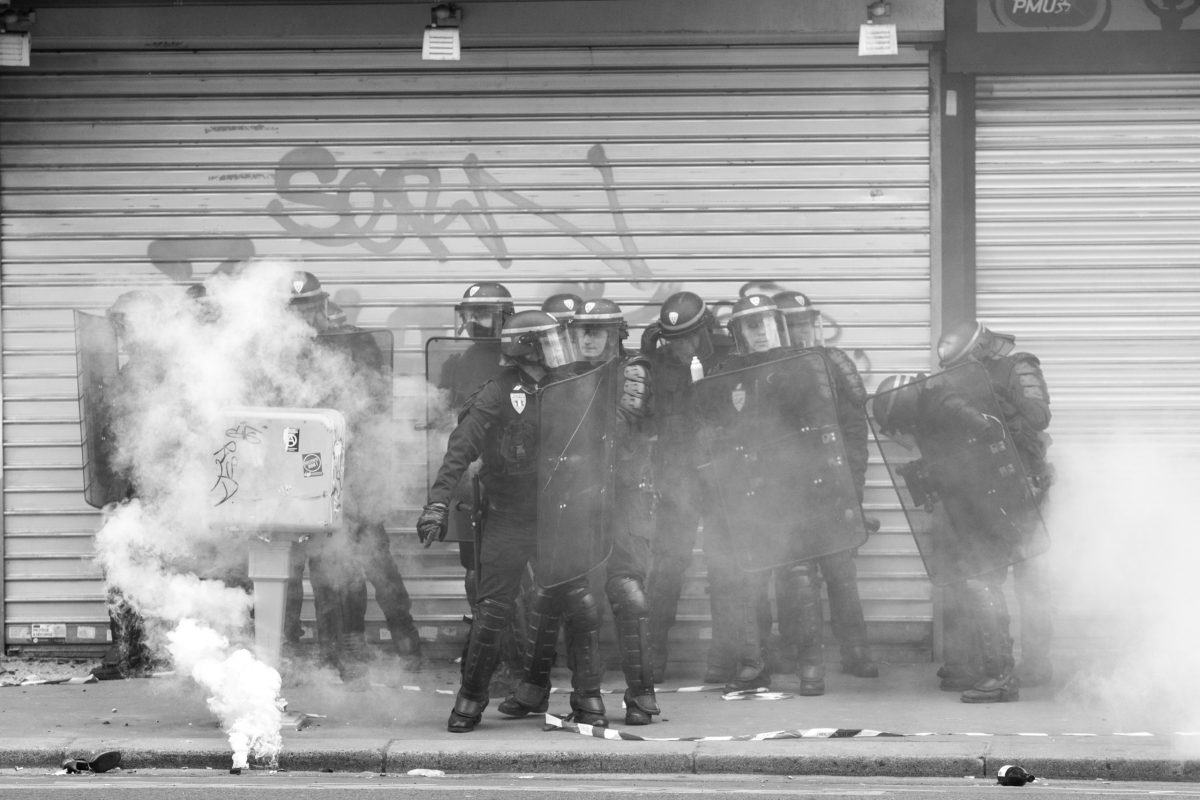 Riot police surrounded by tear gas grenades | © Christian Martischius