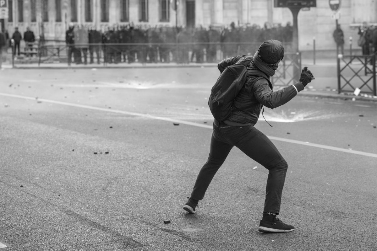 Protester throwing a stone | © Christian Martischius