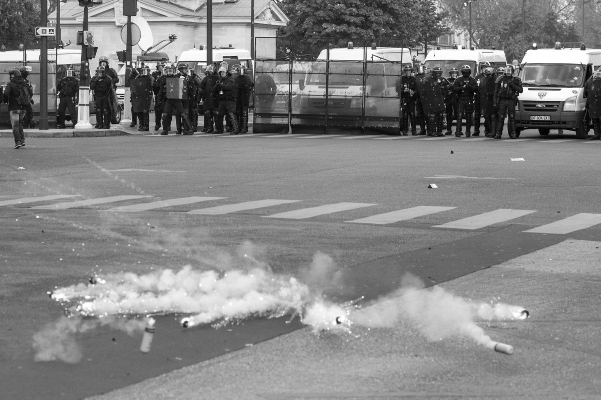 Tear gas grenades in front of police street block | © Christian Martischius