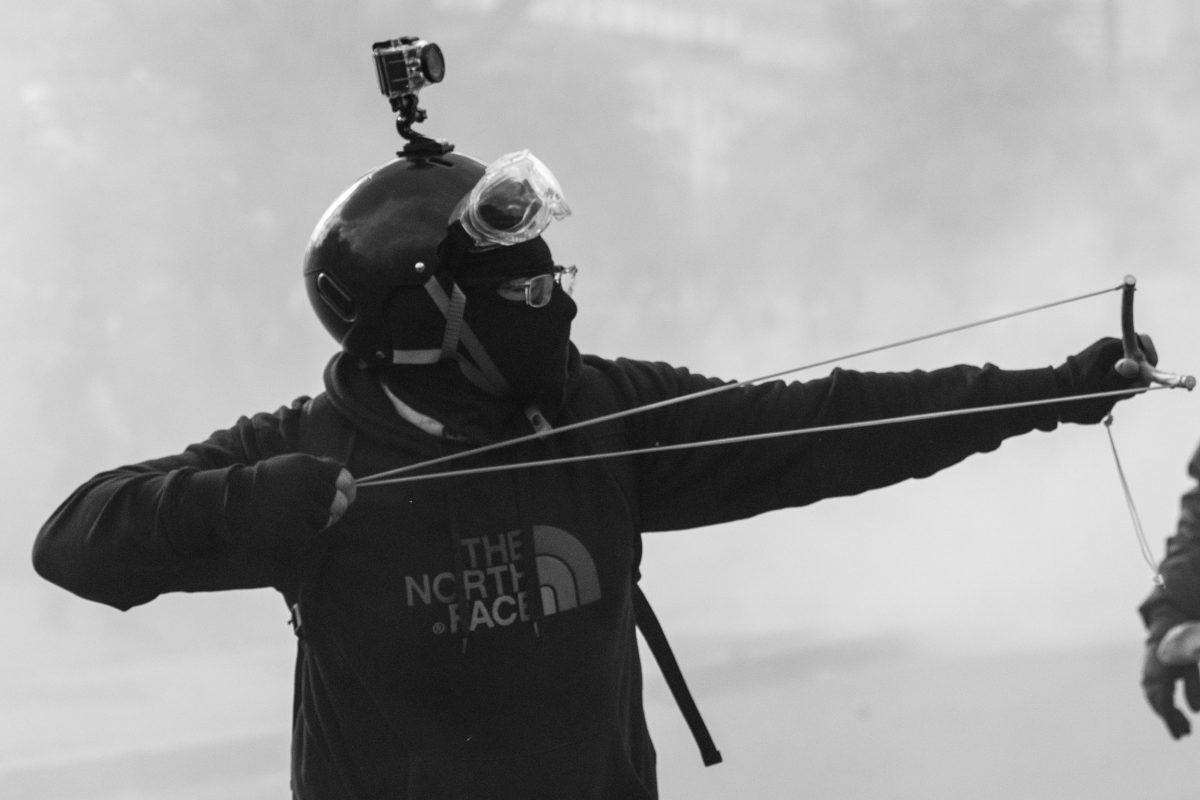 Protester with a slingshot | © Christian Martischius
