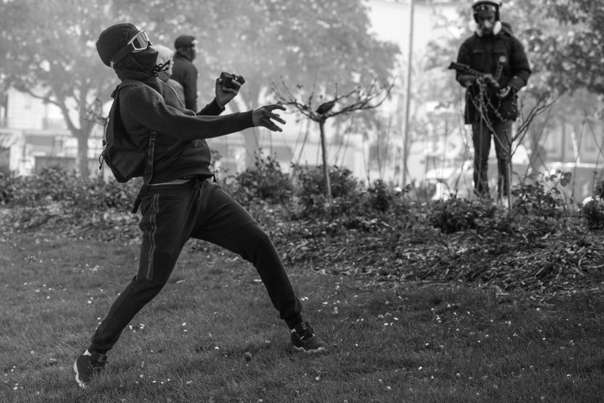 Protester hurling a stone | © Christian Martischius