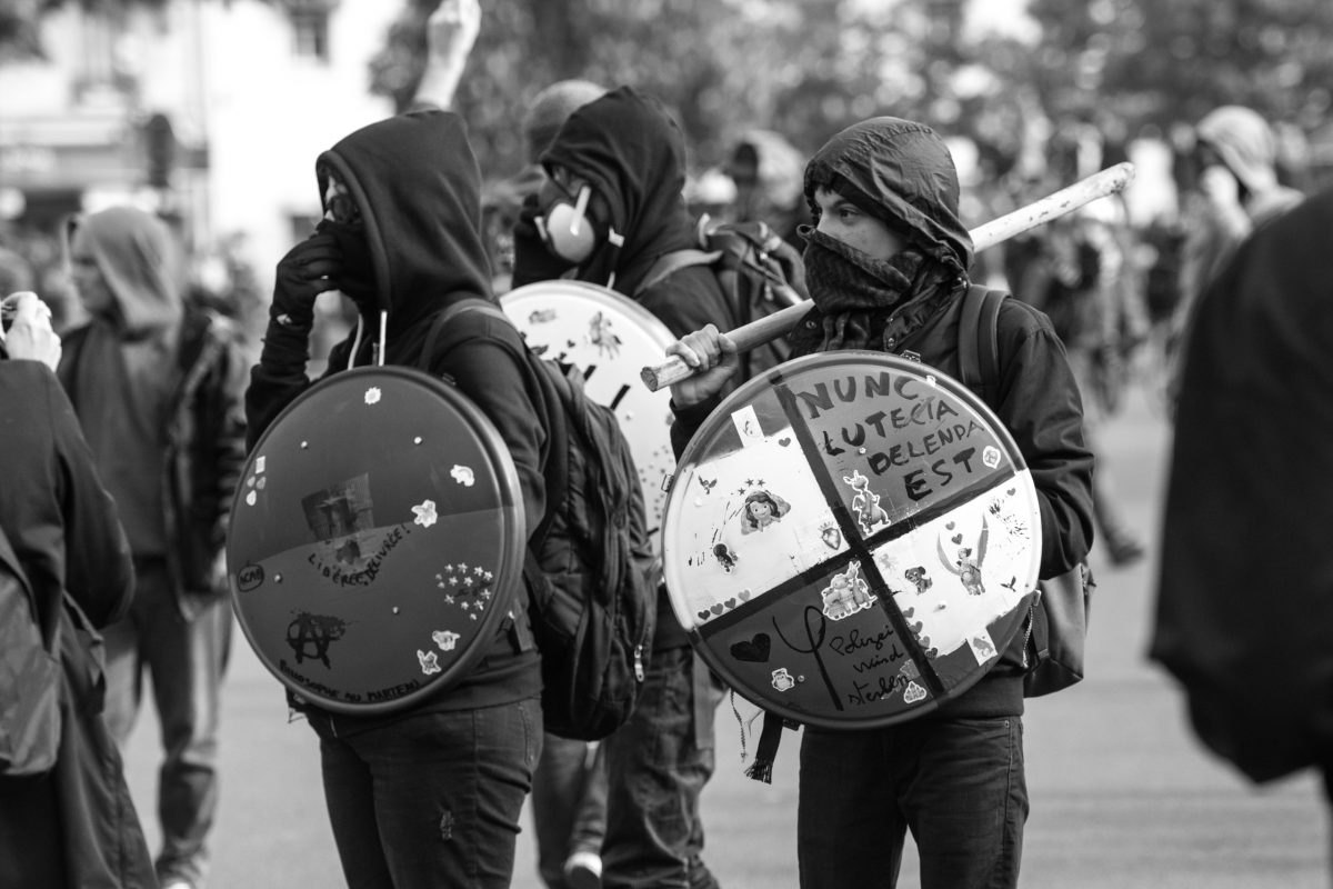 Masked protesters with stick and makeshift shields | © Christian Martischius