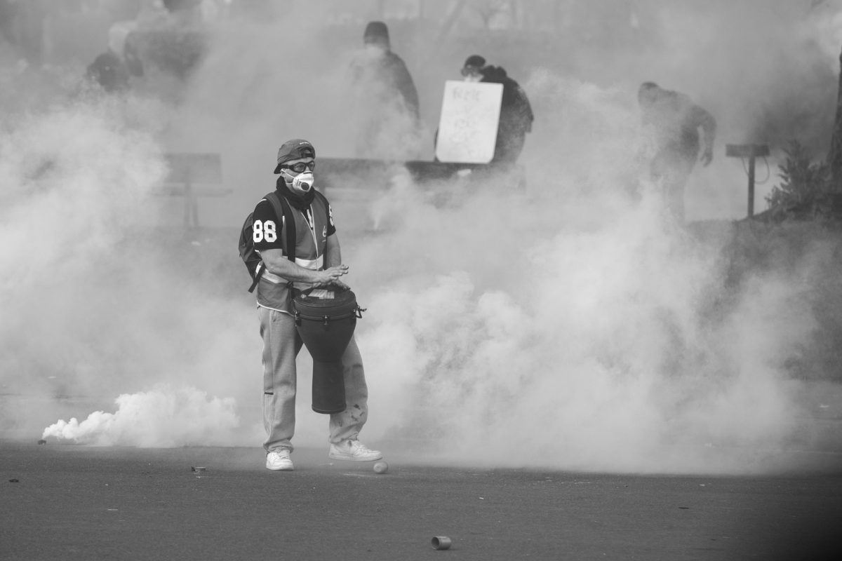 Protester with his drum in a cloud of tear gas | © Christian Martischius