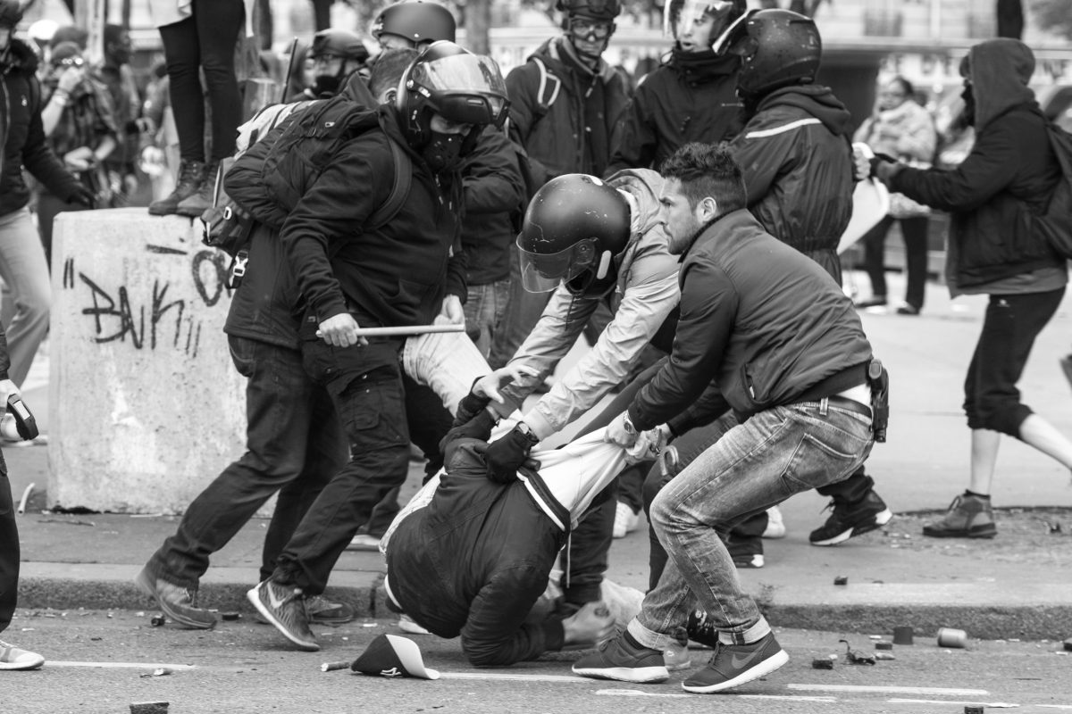 Plain clothes police officers arresting a protester | © Christian Martischius