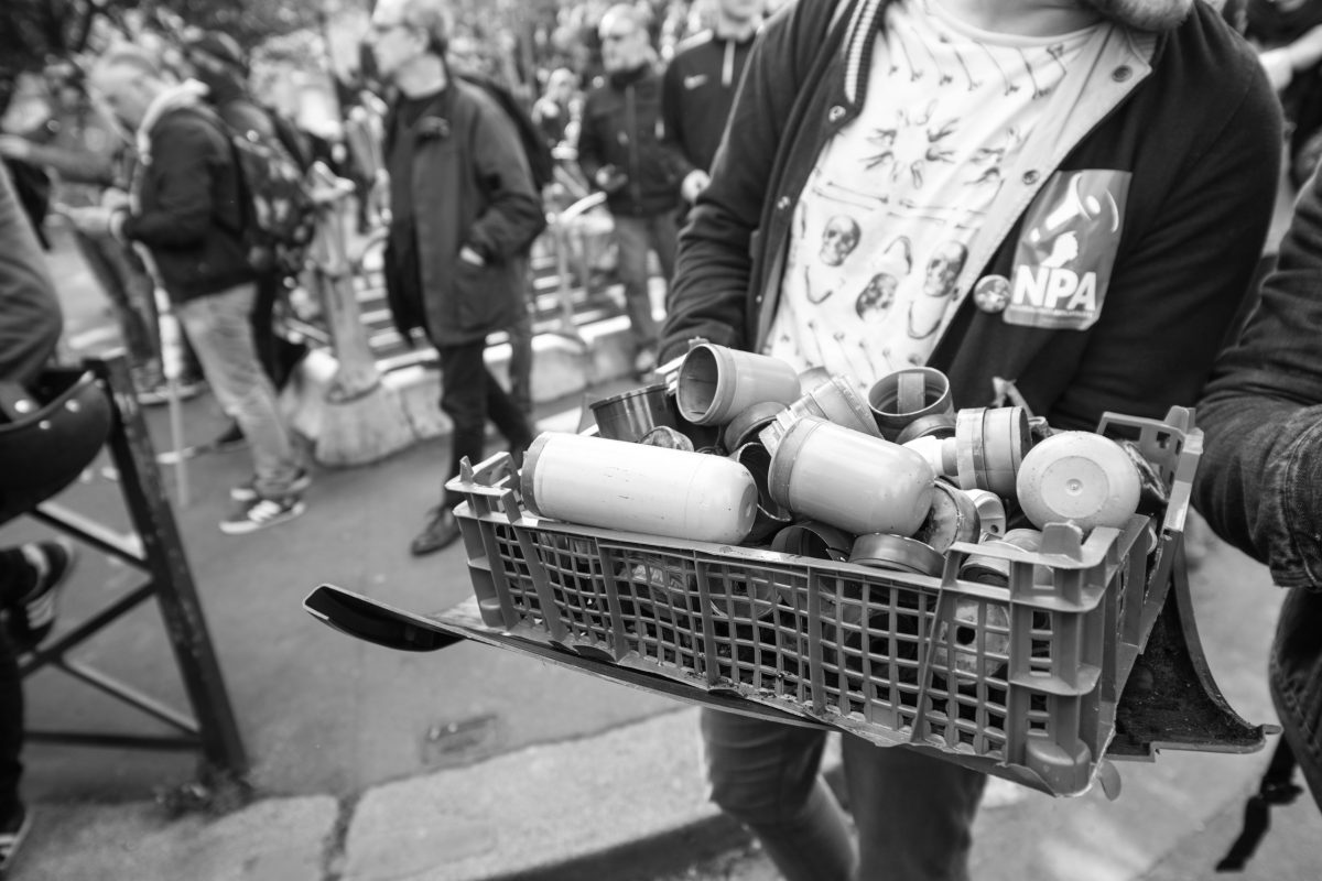 Protester with a collection of tear gas grenades | © Christian Martischius