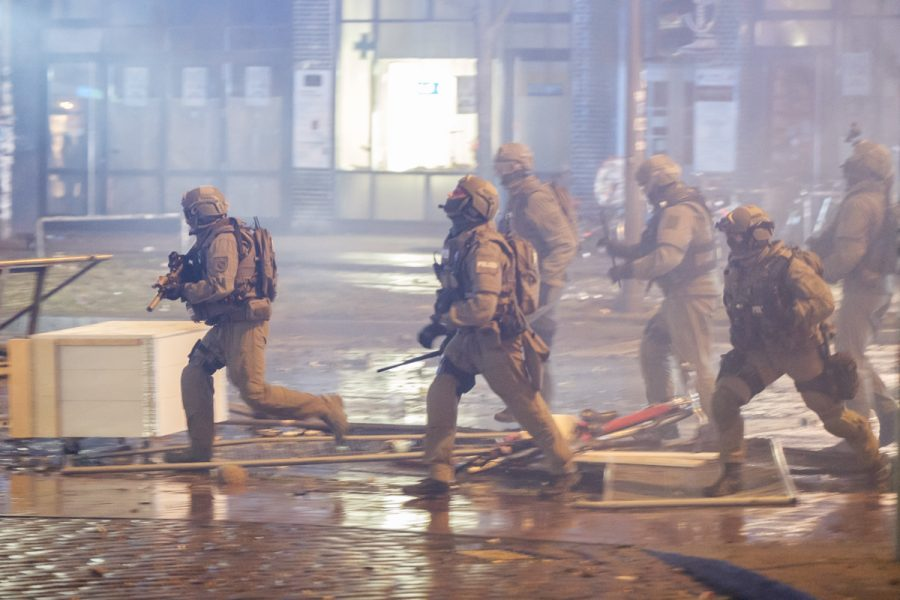 Special police forces storming into Hamburg's Schanzenviertel
